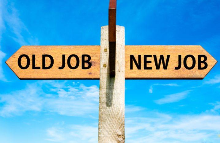 古い仕事と新しい仕事の岐路の看板