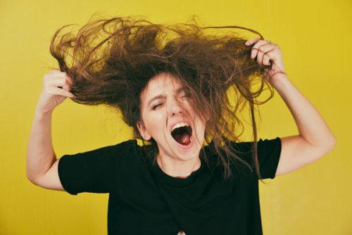 ぐちゃぐちゃの髪で叫ぶ姿