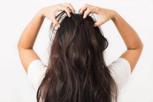 頭を掻く女性