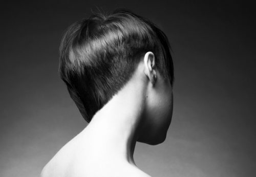 ショートヘアー女性の後ろ姿