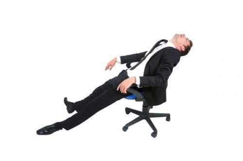椅子で爆睡する人