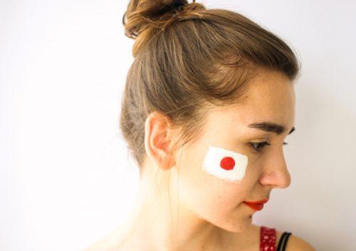 日本の国旗を頬にペイントした女性