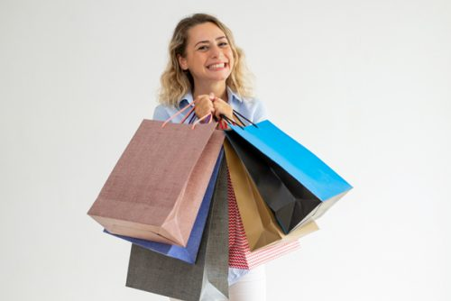 大量に買い物をした外国人女性