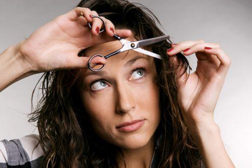 前髪を自分で切る女性