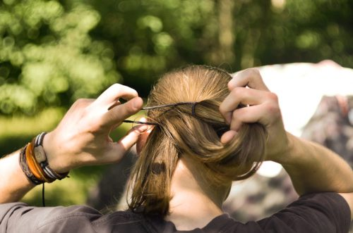 髪を一つに結ぶ女性