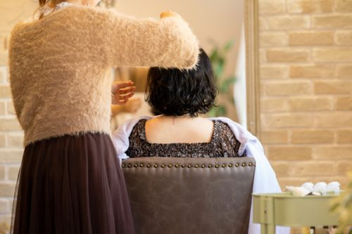女性美容師と女性のお客さんの後ろ姿