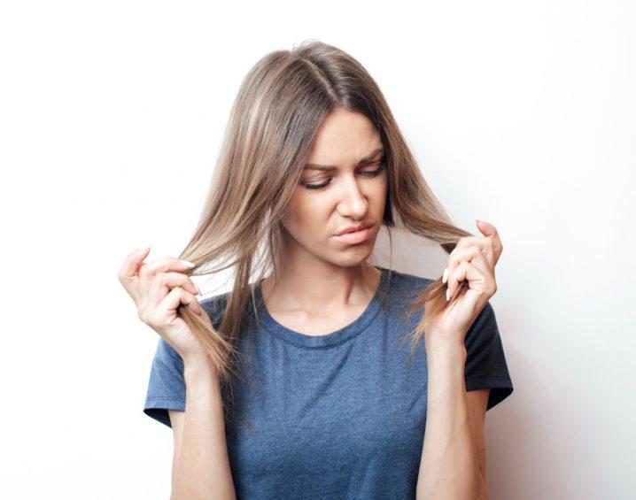 髪に不満げな女性