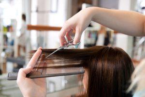 美容室で前髪カットをしている女性