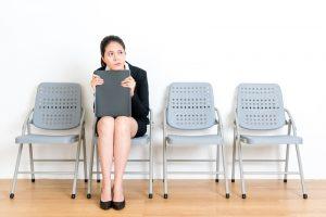 椅子に座って悩む女性