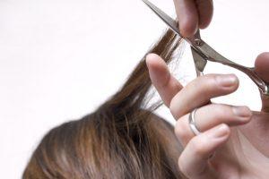 髪を切る手元